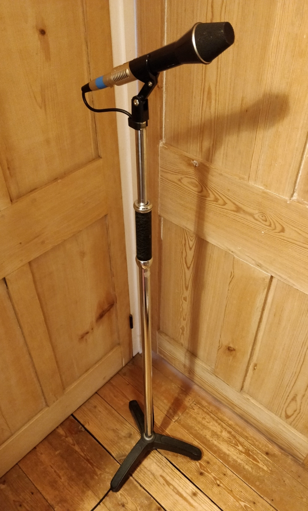 Valan Atlas PMS3 Microphone Stand with AKG D202E